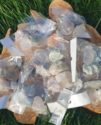 Rå kvarts sten og krystaller